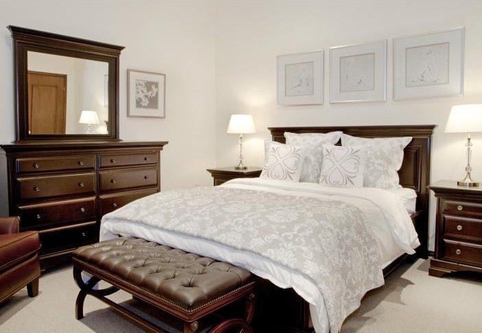 Dormitorio cl sico con pie de cama im genes y fotos - Bancos para dormitorio matrimonio ...